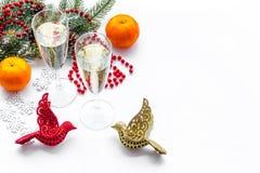 Ποτήρια της σαμπάνιας και της νέας διακόσμησης έτους στο άσπρο υπόβαθρο copyspace Στοκ εικόνες με δικαίωμα ελεύθερης χρήσης