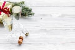 Ποτήρια της σαμπάνιας και της νέας διακόσμησης έτους στο γκρίζο ξύλινο υπόβαθρο copyspace Στοκ φωτογραφία με δικαίωμα ελεύθερης χρήσης