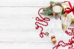 Ποτήρια της σαμπάνιας και της νέας διακόσμησης έτους στο γκρίζο ξύλινο υπόβαθρο copyspace Στοκ Φωτογραφία