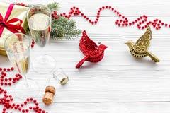 Ποτήρια της σαμπάνιας και της νέας διακόσμησης έτους στο γκρίζο ξύλινο υπόβαθρο copyspace Στοκ Εικόνα