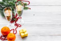 Ποτήρια της σαμπάνιας και της νέας διακόσμησης έτους στο γκρίζο ξύλινο υπόβαθρο copyspace Στοκ Εικόνες