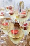 Ποτήρια της σαμπάνιας με τις φράουλες Στοκ Εικόνες