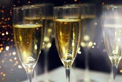 Ποτήρια της σαμπάνιας με το εορταστικό υπόβαθρο στοκ φωτογραφία