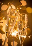 Ποτήρια της σαμπάνιας με το φωτεινό χρυσό υπόβαθρο Στοκ φωτογραφίες με δικαίωμα ελεύθερης χρήσης
