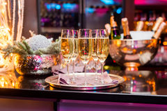 Ποτήρια της σαμπάνιας νέο έτος διάθεσης Στοκ φωτογραφία με δικαίωμα ελεύθερης χρήσης