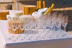 Ποτήρια της σαμπάνιας στον πίνακα Στοκ Φωτογραφία