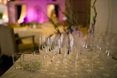 Ποτήρια της σαμπάνιας στο εσωτερικό υπόβαθρο Στοκ Φωτογραφίες