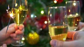 Ποτήρια της σαμπάνιας στο υπόβαθρο του χριστουγεννιάτικου δέντρου απόθεμα βίντεο