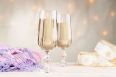 Ποτήρια της σαμπάνιας, του μαντίλι και της κορδέλλας Στοκ Εικόνα