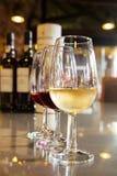 Ποτήρια του άσπρου και ροδοκόκκινου κρασιού λιμένων Στοκ Εικόνα