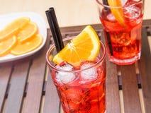 Ποτήρια του κοκτέιλ aperol απεριτίφ spritz με τις πορτοκαλιούς φέτες και τους κύβους πάγου Στοκ εικόνα με δικαίωμα ελεύθερης χρήσης