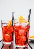 Ποτήρια του κοκτέιλ aperol απεριτίφ spritz με τις πορτοκαλιούς φέτες και τους κύβους πάγου Στοκ εικόνες με δικαίωμα ελεύθερης χρήσης