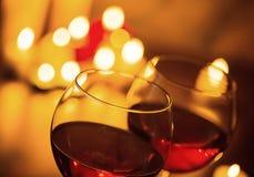 Ποτήρια του κόκκινου κρασιού στο θολωμένο υπόβαθρο Στοκ φωτογραφία με δικαίωμα ελεύθερης χρήσης