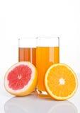 Ποτήρια του υγιούς γκρέιπφρουτ και του χυμού από πορτοκάλι Στοκ φωτογραφία με δικαίωμα ελεύθερης χρήσης