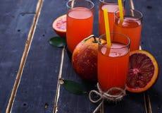 Ποτήρια του φρέσκου χυμού από πορτοκάλι αίματος Στοκ Εικόνα