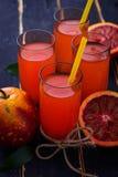 Ποτήρια του φρέσκου χυμού από πορτοκάλι αίματος Στοκ εικόνα με δικαίωμα ελεύθερης χρήσης