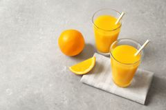 Ποτήρια του χυμού από πορτοκάλι και των νωπών καρπών Στοκ φωτογραφίες με δικαίωμα ελεύθερης χρήσης
