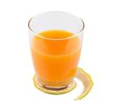 Ποτήρια του χυμού από πορτοκάλι με το ξεφλουδισμένο δέρμα Στοκ Φωτογραφία