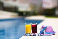 Ποτήρια του χυμού, καπέλο αχύρου, γυαλιά ηλίου και Στοκ Εικόνες