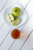 Ποτήρια του χυμού μήλων και του φρέσκου πράσινου μήλου Στοκ Φωτογραφίες