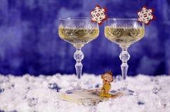 Ποτήρια Χριστουγέννων της σαμπάνιας και ενός πιθήκου στο ευρώ στοκ φωτογραφία με δικαίωμα ελεύθερης χρήσης