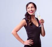 Ποτήρι εκμετάλλευσης γυναικών Glamourous της σαμπάνιας λαμπιρίζοντας κρασιού στοκ εικόνα
