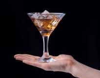 Ποτήρι εκμετάλλευσης χεριών του κονιάκ που απομονώνεται στο μαύρο υπόβαθρο στοκ φωτογραφία με δικαίωμα ελεύθερης χρήσης