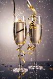 Ποτήρι ζευγαριού της σαμπάνιας χρυσό θέμα σαμπάνιας εορτασμού ανασκόπησης Στοκ Εικόνες