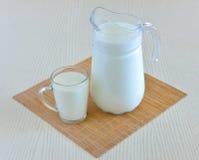 Ποτήρι κανατών του γάλακτος Στοκ εικόνες με δικαίωμα ελεύθερης χρήσης