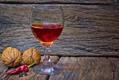 Ποτήρι κρασιού του κονιάκ στο δρύινο υπόβαθρο στοκ εικόνα