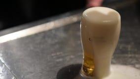 Ποτήρι περικοπών της μπύρας στο μπαρ απόθεμα βίντεο