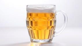 Ποτήρι της ελαφριάς μπύρας απόθεμα βίντεο