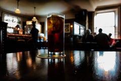 Ποτήρι της κόλας σε ένα ιρλανδικό μπαρ στοκ εικόνα με δικαίωμα ελεύθερης χρήσης