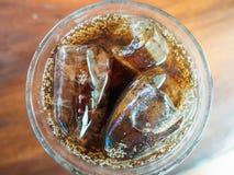 Ποτήρι της κόλας με τη τοπ άποψη πάγου στοκ εικόνα