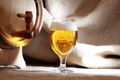 Ποτήρι της μπύρας κοντά στο βαρέλι Στοκ Εικόνες