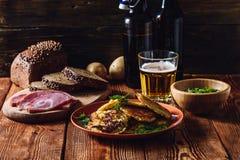 Ποτήρι της μπύρας με τα πρόχειρα φαγητά Στοκ εικόνες με δικαίωμα ελεύθερης χρήσης
