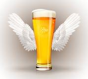 Ποτήρι της μπύρας με τα φτερά αγγέλου Στοκ εικόνα με δικαίωμα ελεύθερης χρήσης