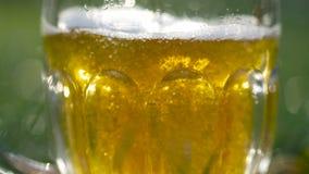 Ποτήρι της μπύρας που χύνεται κοντά επάνω απόθεμα βίντεο