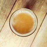 Ποτήρι της μπύρας σε έναν ξύλινο πίνακα φραγμών Στοκ Φωτογραφία
