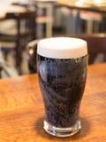 Ποτήρι της μπύρας σε έναν πίνακα Στοκ Φωτογραφίες