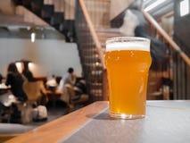 Ποτήρι της μπύρας στον αντίθετο φραγμό στοκ φωτογραφία