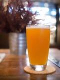 Ποτήρι της μπύρας στον ξύλινο πίνακα στοκ εικόνα με δικαίωμα ελεύθερης χρήσης