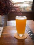 Ποτήρι της μπύρας στον ξύλινο πίνακα Στοκ Εικόνες
