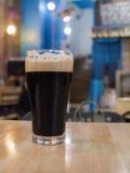 Ποτήρι της μπύρας δυνατής μπύρας σε έναν φραγμό στοκ εικόνες