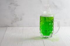 Ποτήρι της πράσινης μπύρας με τον παφλασμό Στοκ εικόνες με δικαίωμα ελεύθερης χρήσης