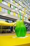Ποτήρι της πράσινης estragon λεμονάδας στον υπαίθριο πίνακα Στοκ φωτογραφία με δικαίωμα ελεύθερης χρήσης