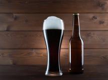 Ποτήρι της σκοτεινών μπύρας και του μπουκαλιού Στοκ εικόνα με δικαίωμα ελεύθερης χρήσης