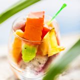 Ποτήρι της τροπικής εξωτικής σαλάτας φρούτων στοκ φωτογραφίες