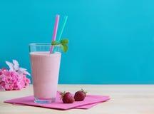 Ποτήρι της φρέσκιας φράουλας milkshake Υγιής καταφερτζής που γίνεται ως fruity κοκτέιλ γάλακτος στοκ φωτογραφία με δικαίωμα ελεύθερης χρήσης