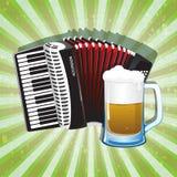 Ποτήρι της foamy μπύρας και του ακκορντέον Στοκ φωτογραφία με δικαίωμα ελεύθερης χρήσης